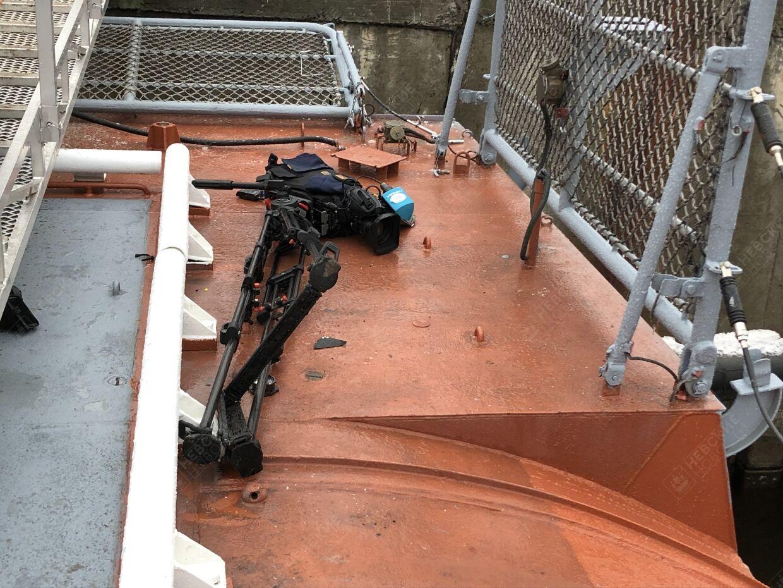 Телеоператор упал за борт во время поднятия флага на корвете «Гремящий» На заводе «Северная верфь» ...