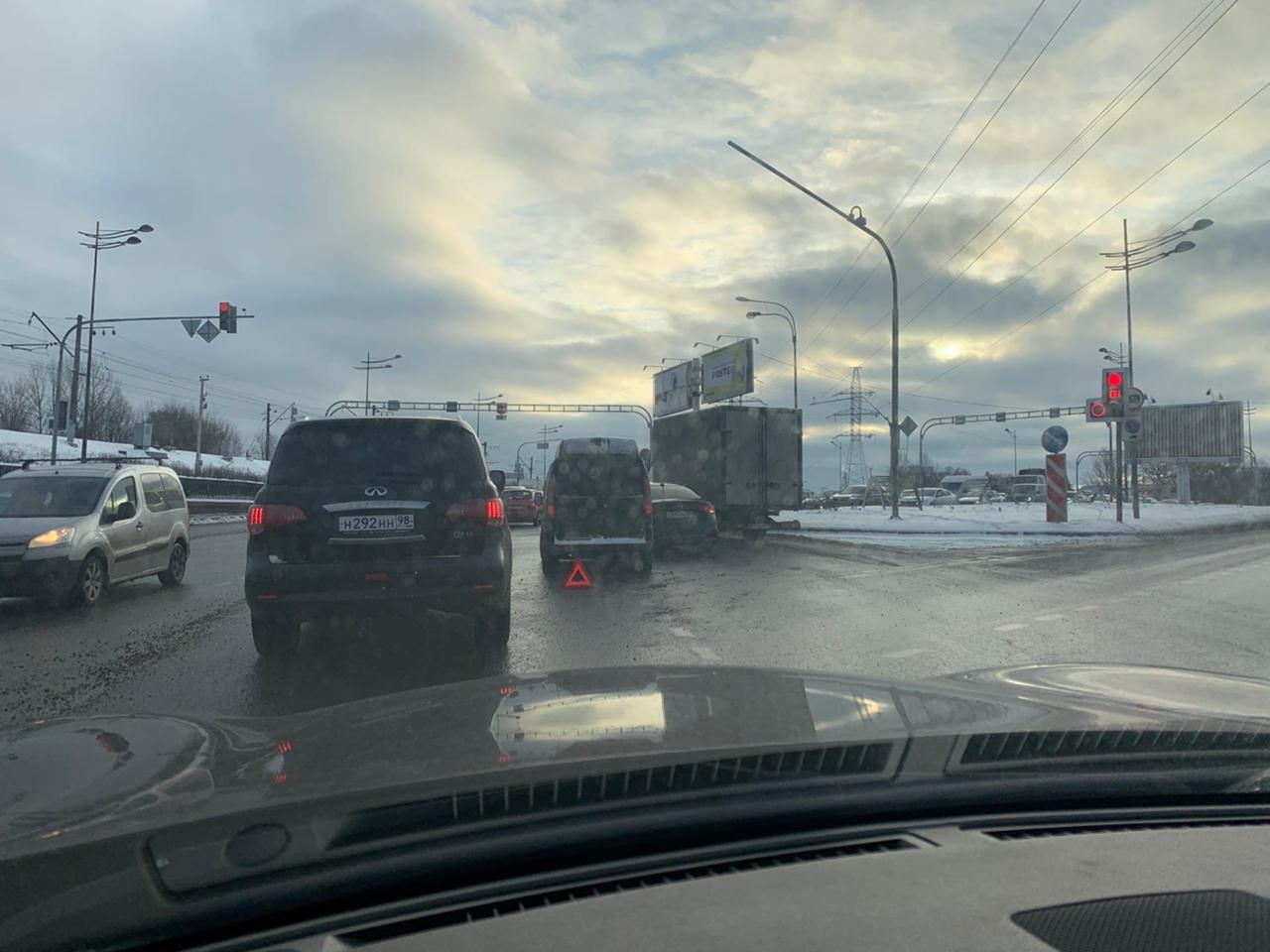 Встреча на перекрёстке Лиговского и Ново-Рыбинской немного затрудняет движение к Витебскому