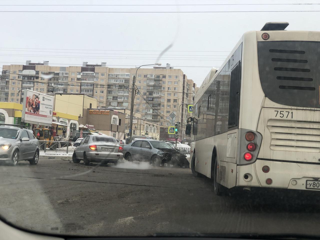 Две легковушки столкнулись на перекрестке Бухарестской и Олеко Дундича.