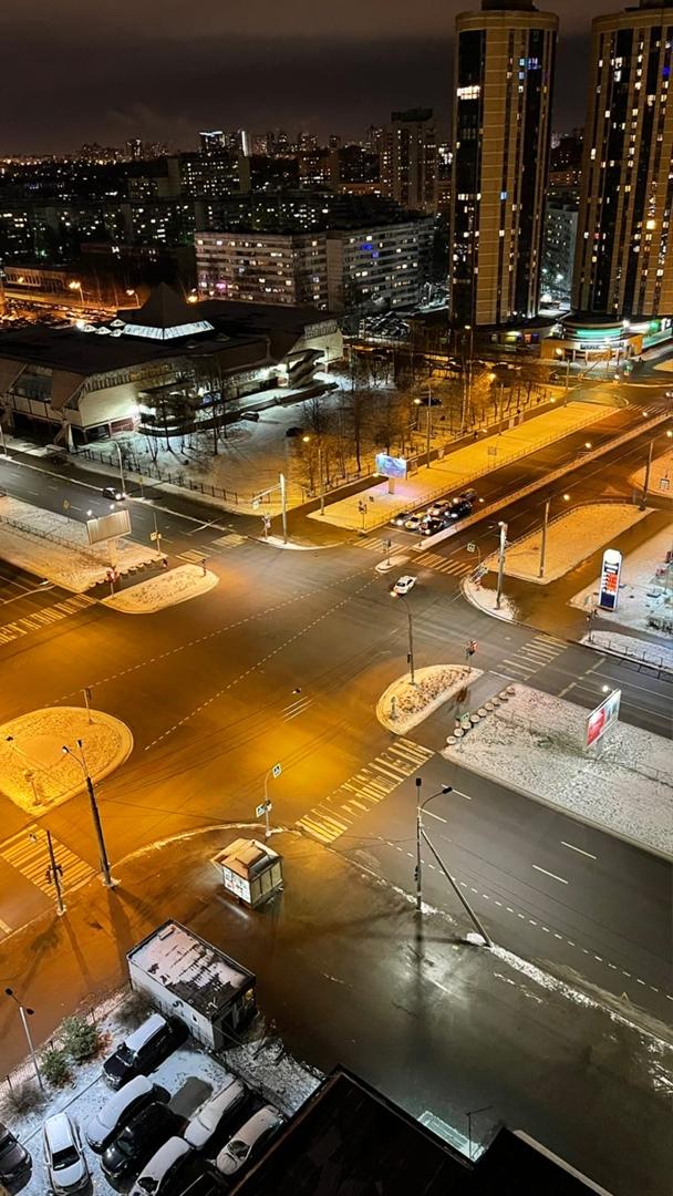 На перекрестке Королева и Сизова услышал хлопок. Такси ехало по Королева на зеленый, второе авто уне...