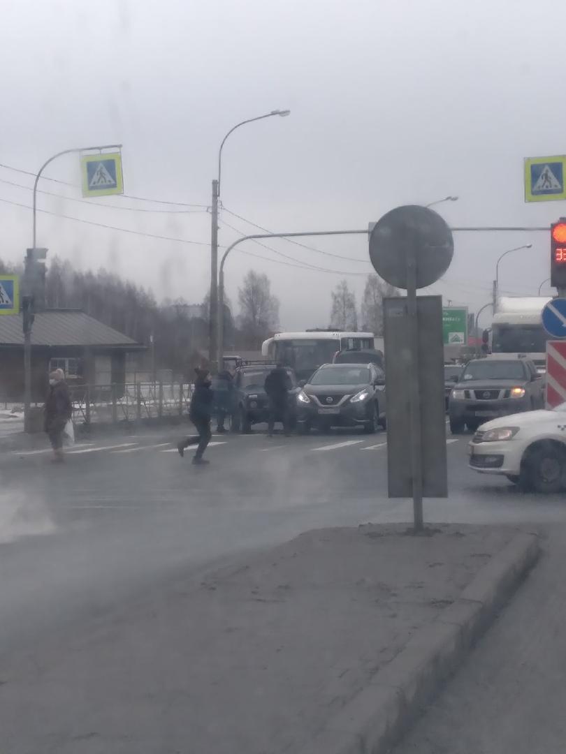 2 дтп на Выборгском шоссе, на повороте у Ленты в Парголово. Пробочка уже собирается. На фото 1 дтп, ...