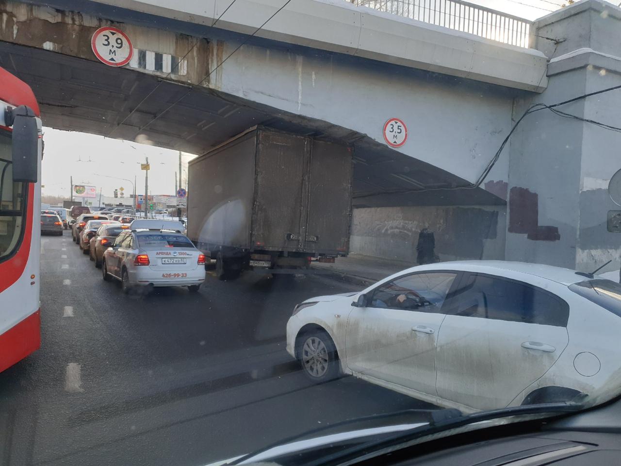 Н - не пролез.. Не мост глупости, но всё же. Газель не прошла под ж/д мостом на Дальневосточном.