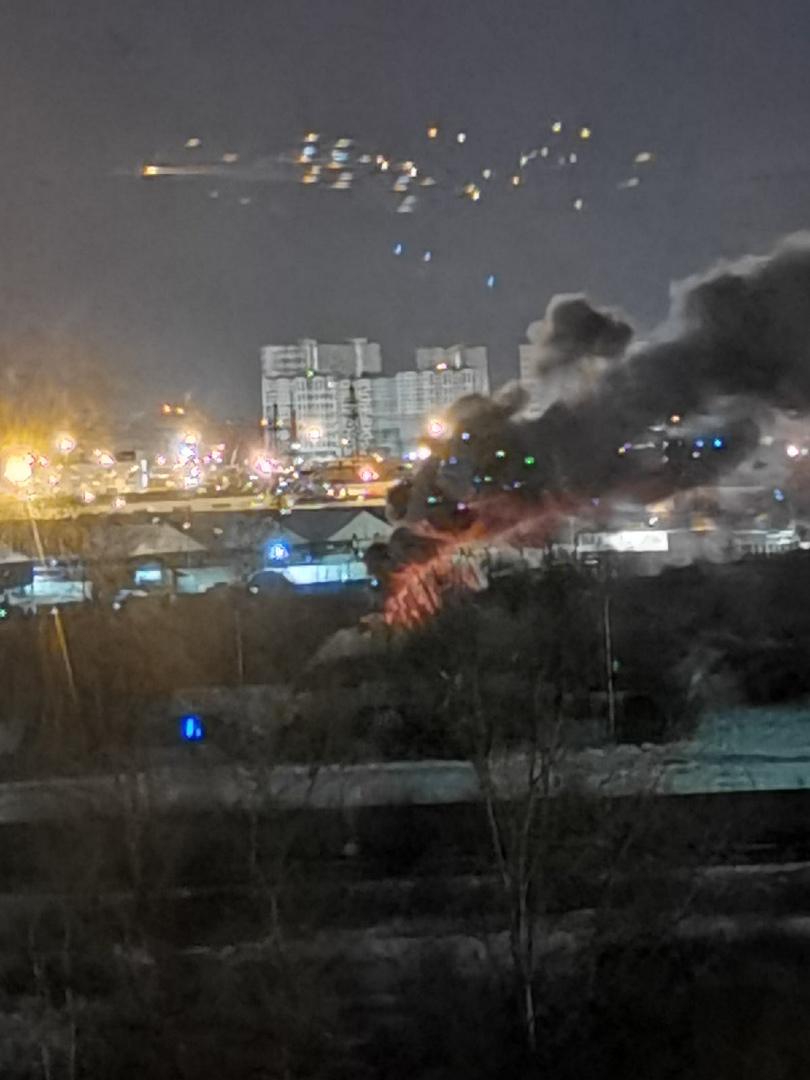Пожар рядом с Ручьевской дорогой, напротив Руставели 37. Похоже горит дом или бытовка. Службы вызвал...