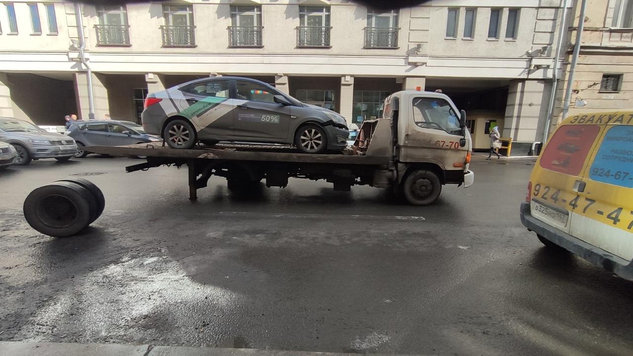 Театр абсурда на Гончарной. Peugeot с надписью Эвакуатор тащило на тросе собственно эвакуатор. Гружёный...