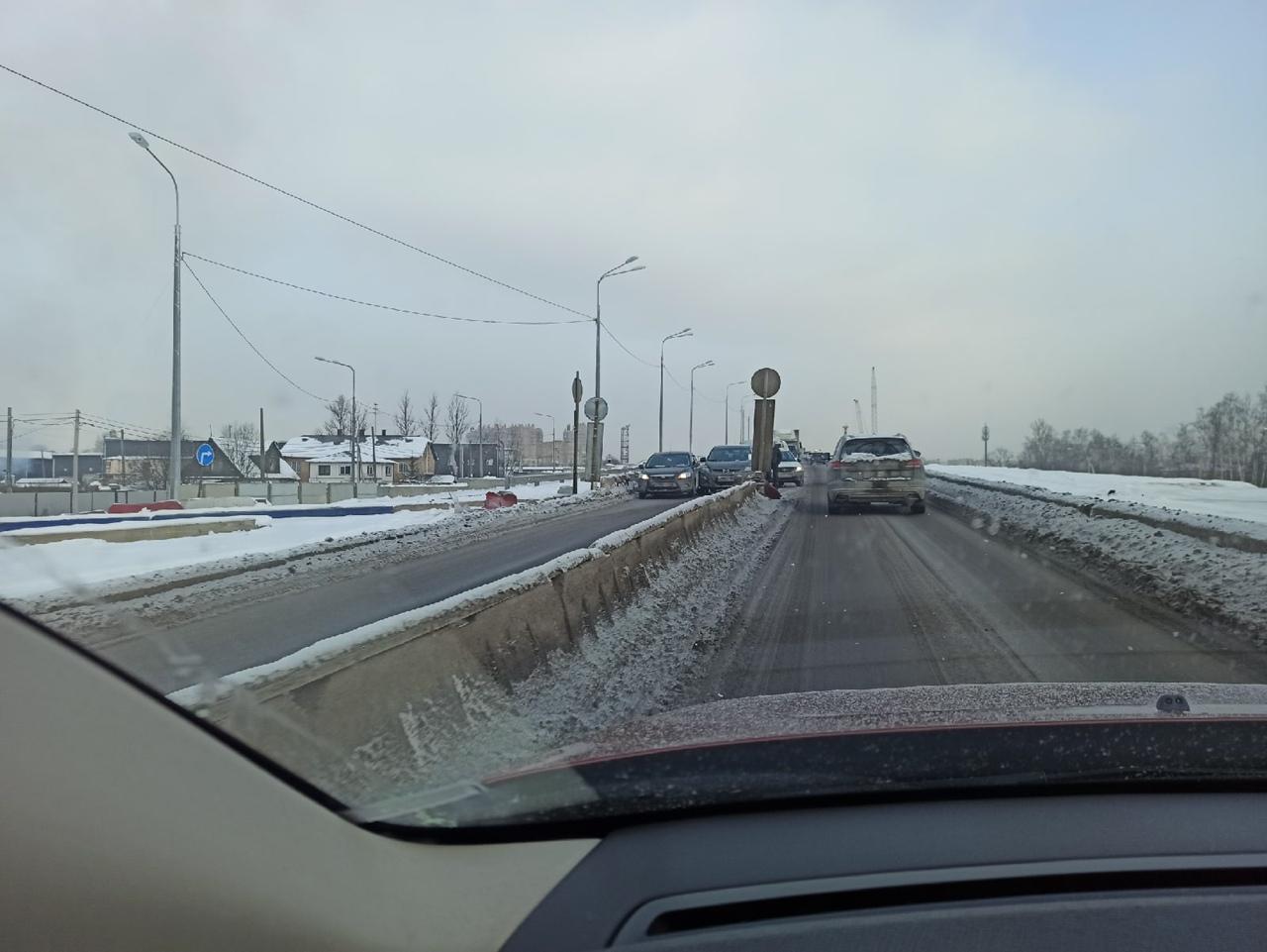 Mazda и Ford заблокировали съезд с Лиговского путепровода на Таллинском шоссе, в сторону Ленты.