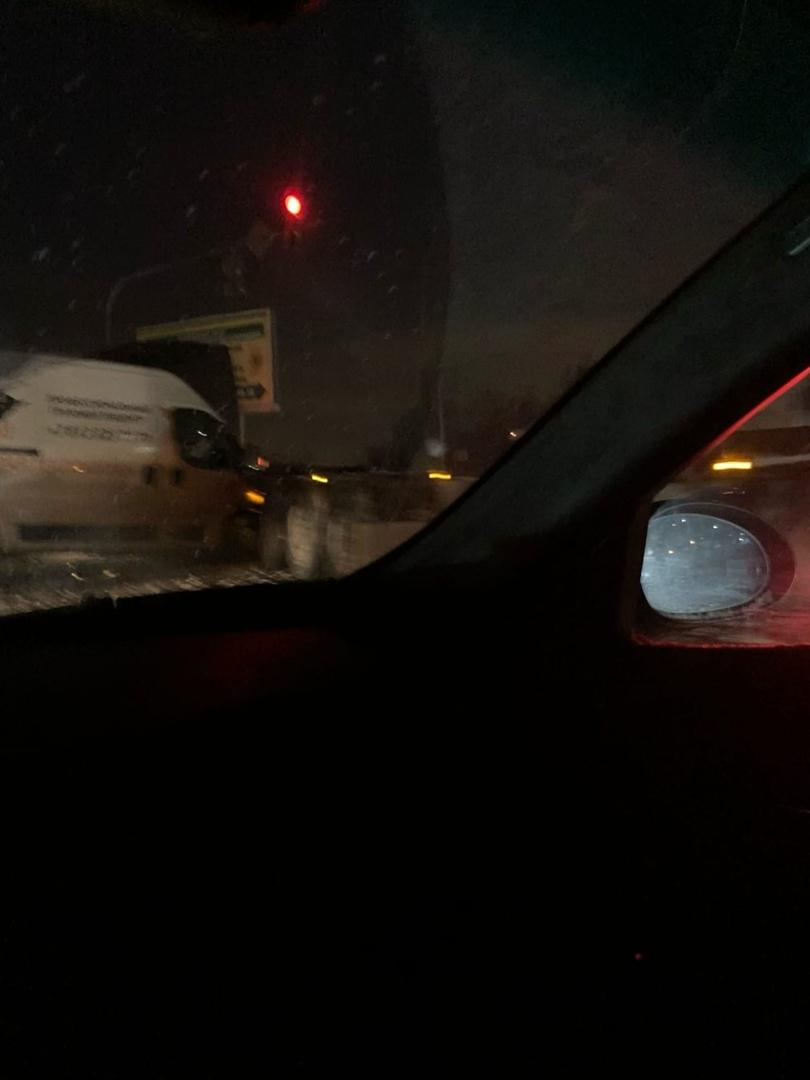 На пересечении Московского шоссе и Ленсоветовской дороги, затор в обе стороны из-за аварии. Фура р...