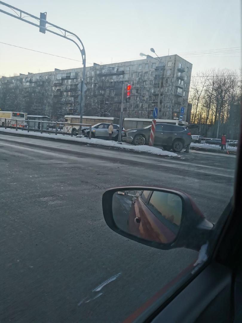 2 машины и автобус столкнулись на проспекте Энергетиков оставив для проезда одну полосу.