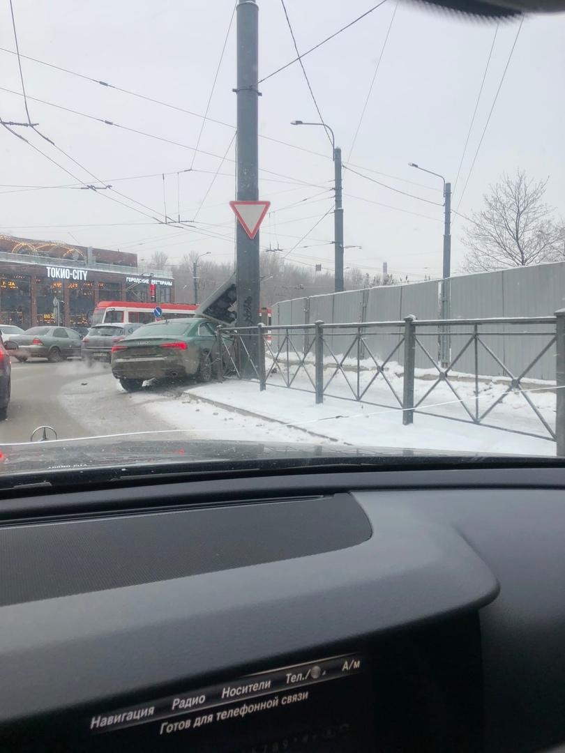 Audi сломал светофор на углу перекрестка Дальневосточнго и Коллонтай
