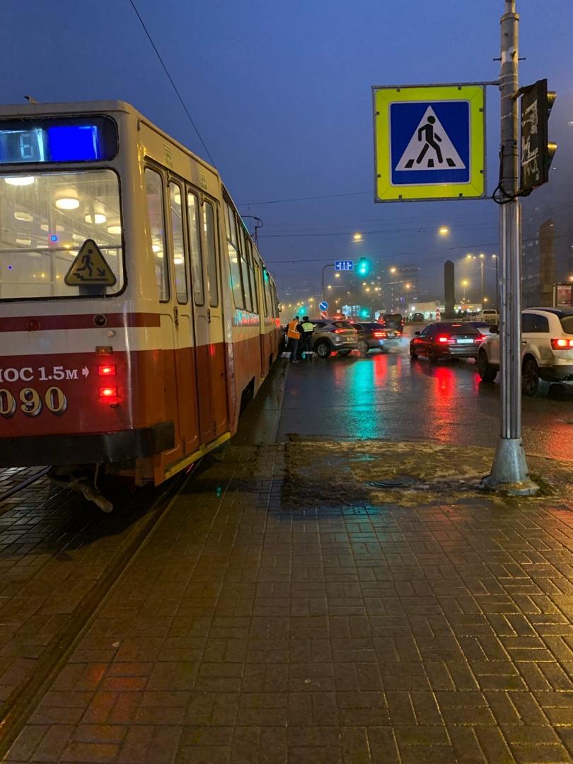 Трамваи у м. Приморская стоят из-за аварии.