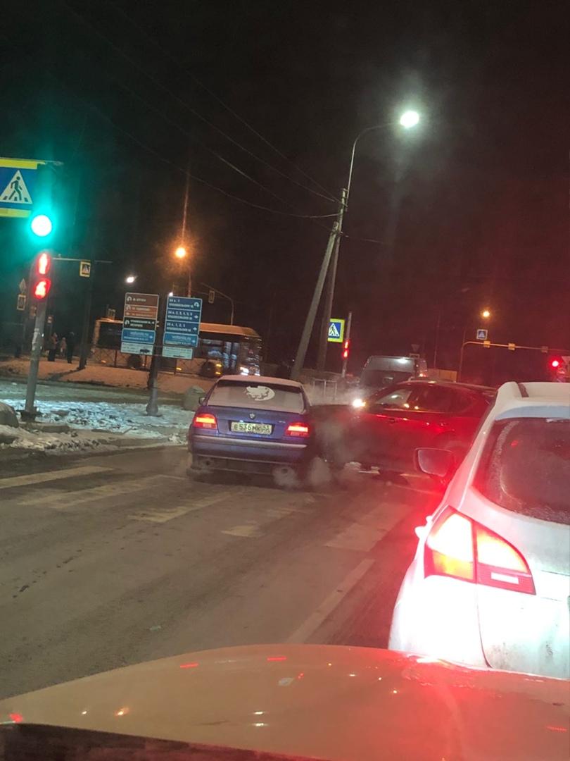 БМВ обьезжала пробку на Колобановской по стречной, Mazda выезжал налево и они встретились. Проезд ...
