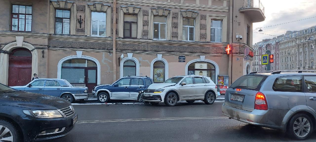 У кого-то сегодня не доброе утро. На Английском проспекте у дома 40 Тигуан врезался в припаркованн...