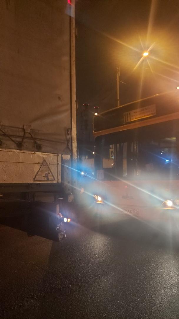 Авария на Жуковском мосту, Фура задом скатилась на автобус.