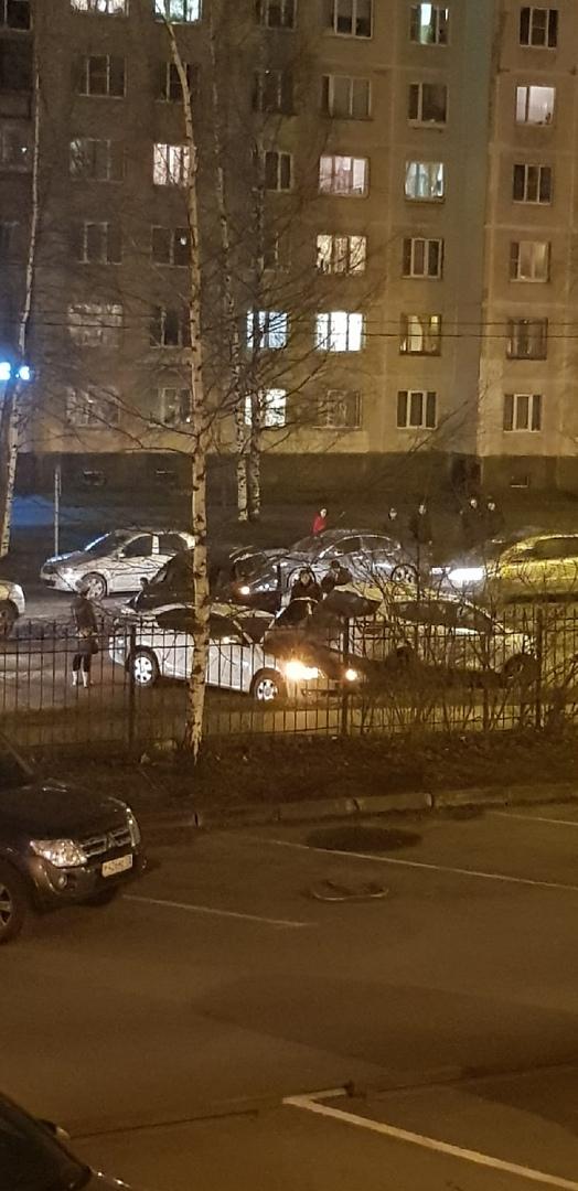 ДТП на Композиторов (напротив Композиторов, 10, возле Пятёрочки). Белый седан и темный внедорожник, ...