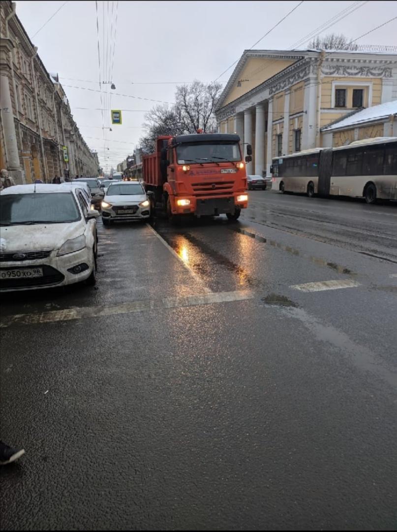 Камаз притер Solaris, который стоит вторым рядом, на Садовой, перед Ломоносова, трамваи встали на С...