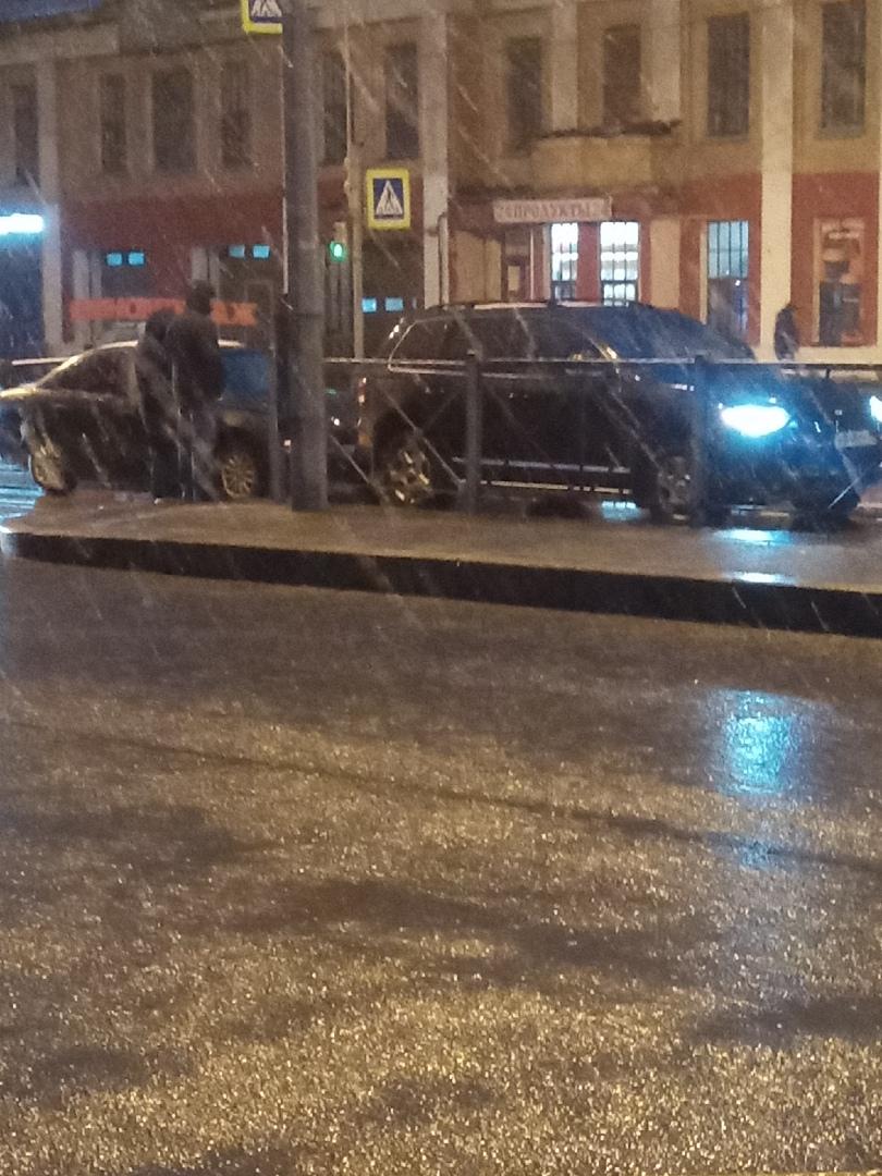 Утреннее дтп на Октябрьской набережной 108 создало пробку обе стороны