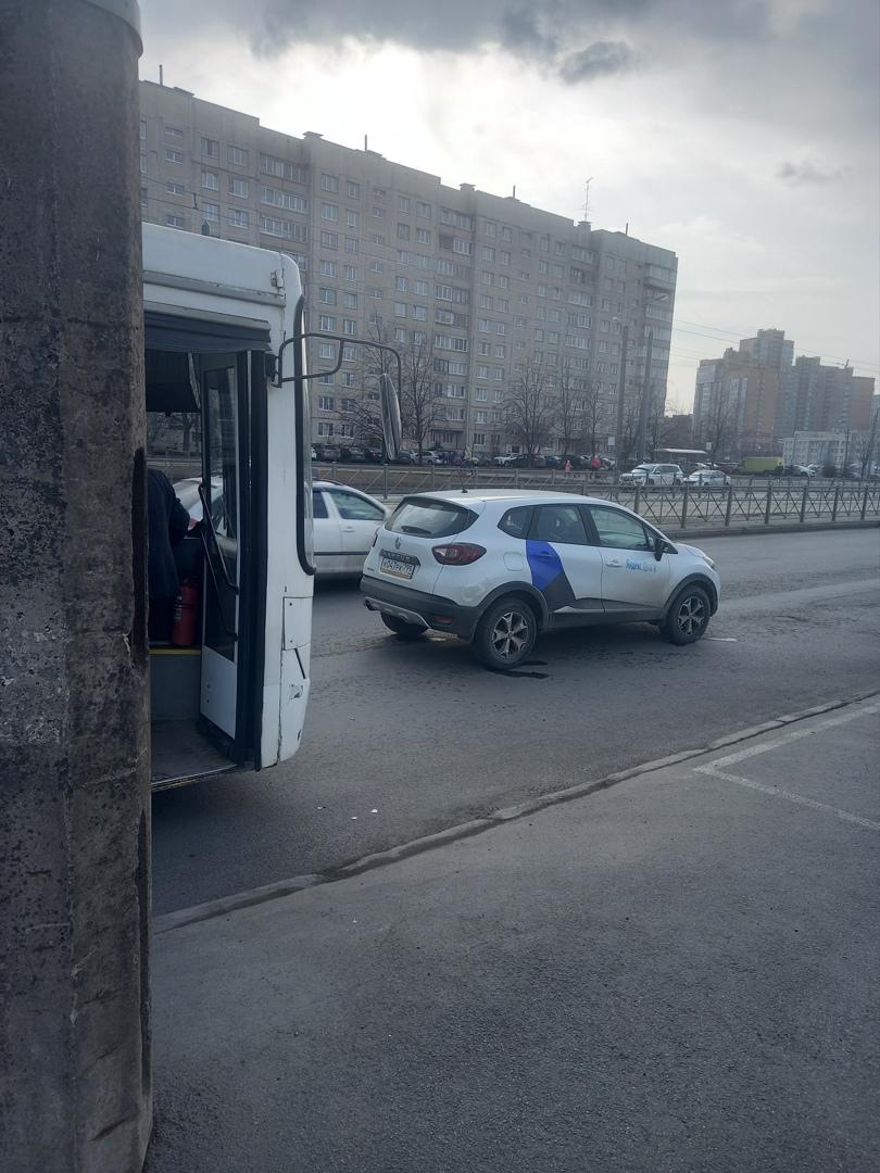 На Маршала Казакова, около Юноны автобус догнал каршеринг