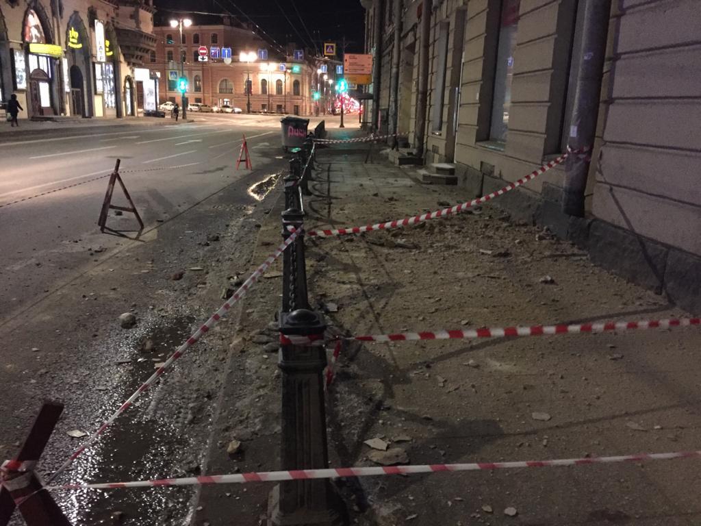 На Большом проспекте Петроградской стороны 98, рухнул Фасад здания. Хорошо не было прохожих.