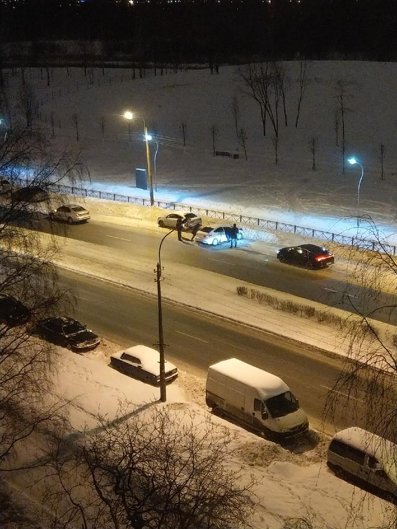 Напротив дома 110 на Луначарского притерлись двое и задели припаркованную машину.