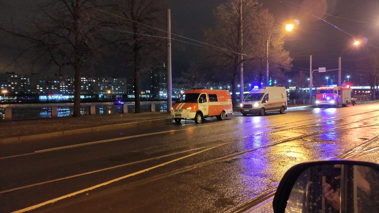 У Володарского моста сотрудники МЧС кого то ищут на катере в Неве