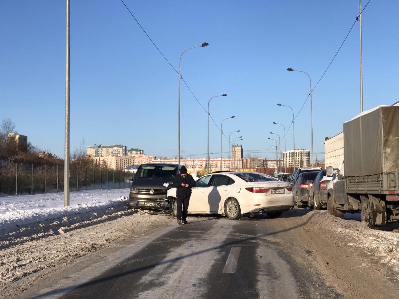 Везли родители мажоров из школы. И на Полиграфмашевском проспекте устроили лобовое ДТП: Lexus и м...