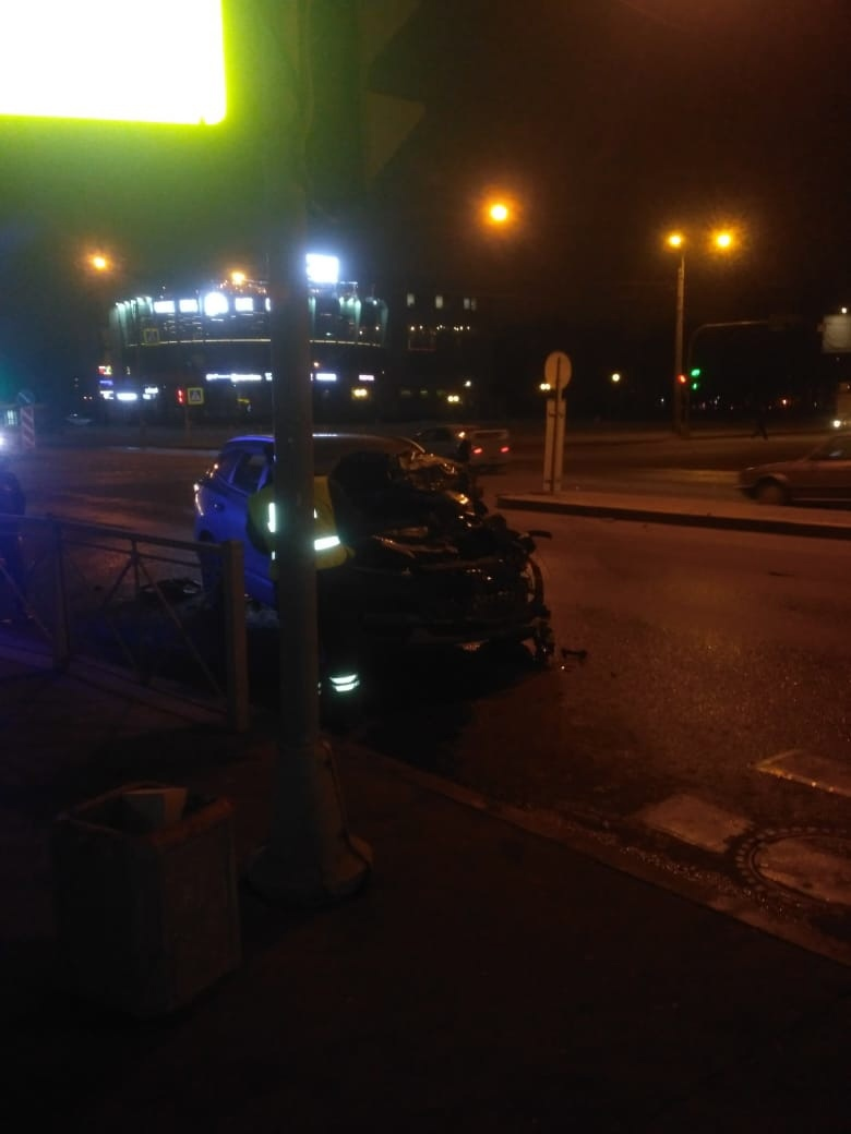 Легковая завалила Газель на перекрестке Среднеохтинского и шоссе Революции