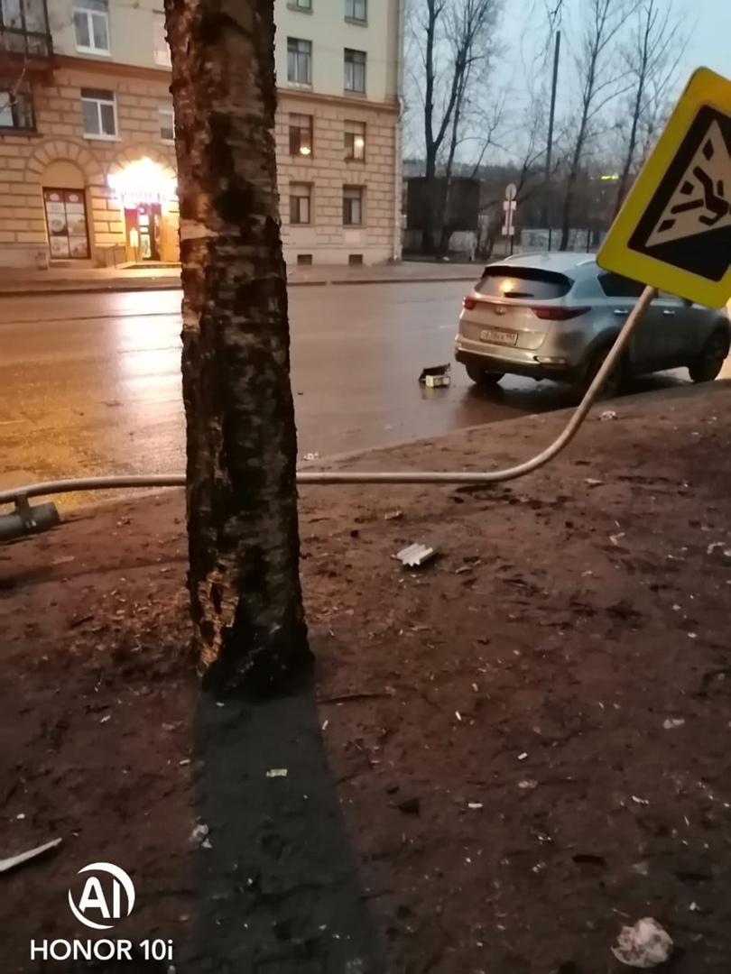 В вечерней аварии на пешеходном переходе на Литовской пострадал знак и автомобили.