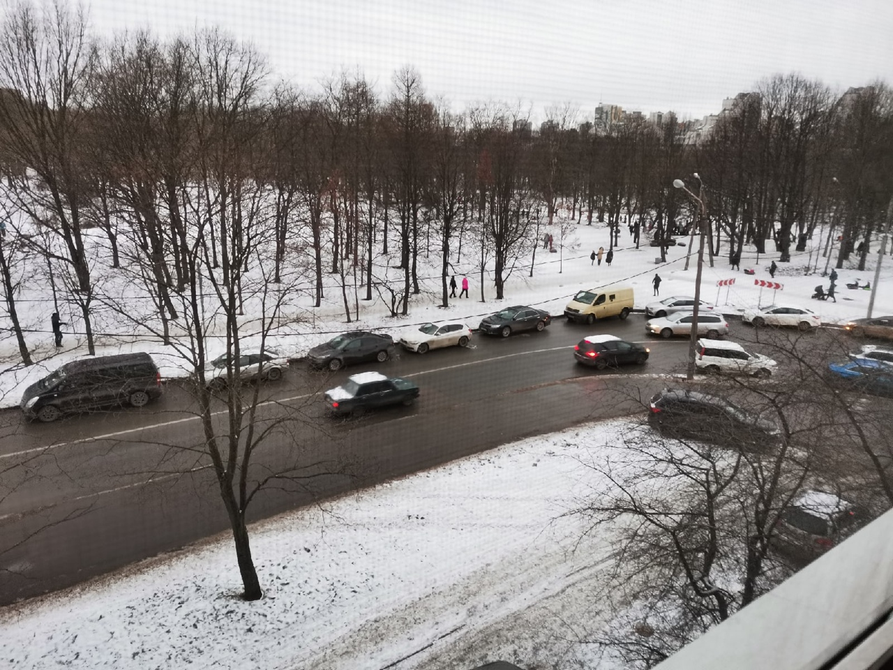 Каждый день люди приезжают кататься с горки в парке на Тамбасова. На повороте с улицы Чекистов в обе...