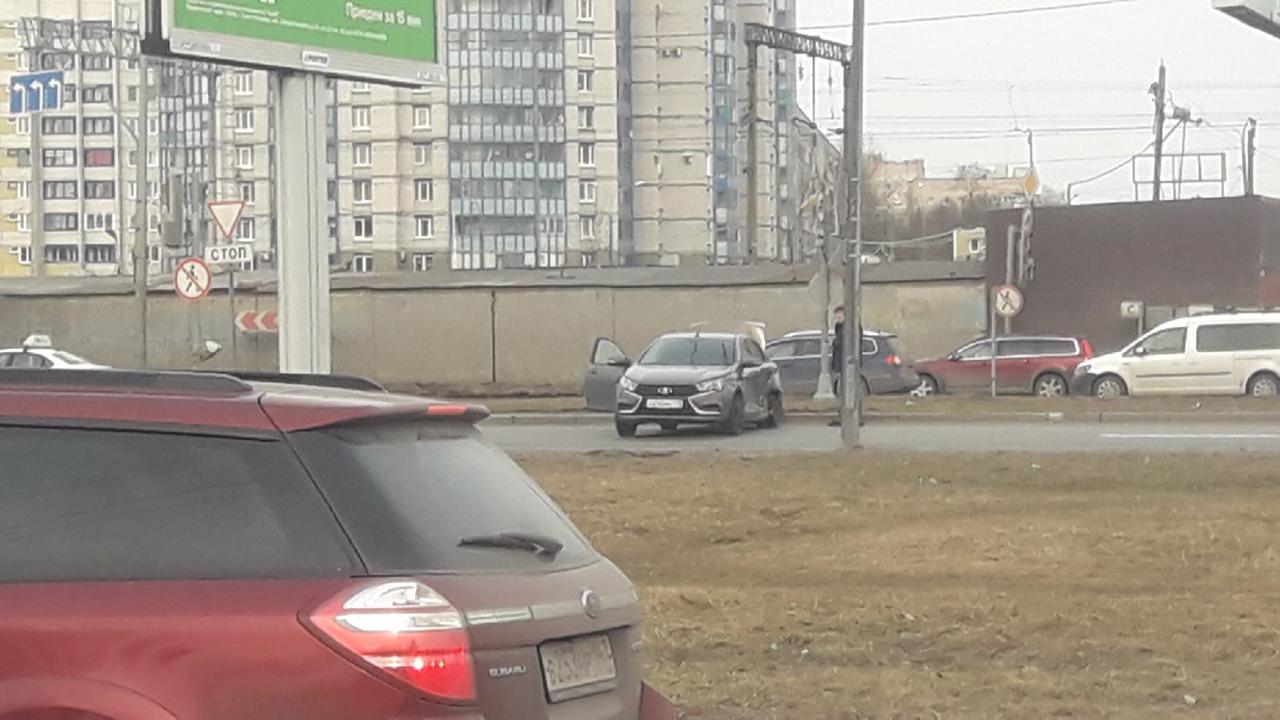 На перекрёстке Витебского и Орджоникидзе удар был смачный , машина отлетела на приличное расстояние...