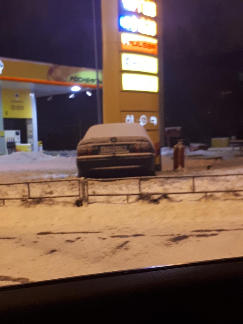 ДТП на пр-кт Большевиков 51 Автомобиль въехал в информационный щит Роснефти примерно в 22:30. До си...