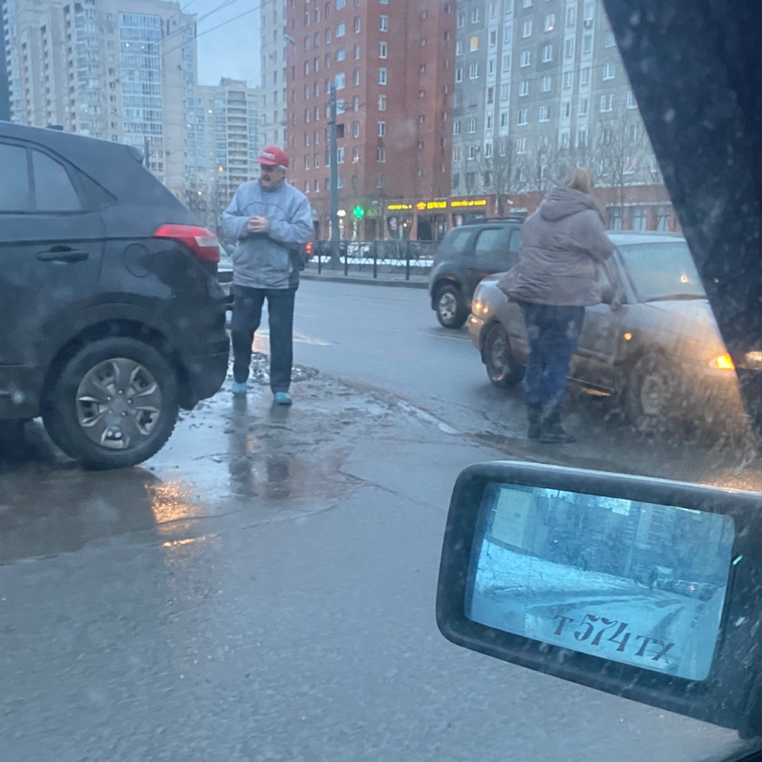На Ленинском 95к1 мужчина на таксоне задом подрезал заезжающую во двор машину, съезжая с поребрика. ...
