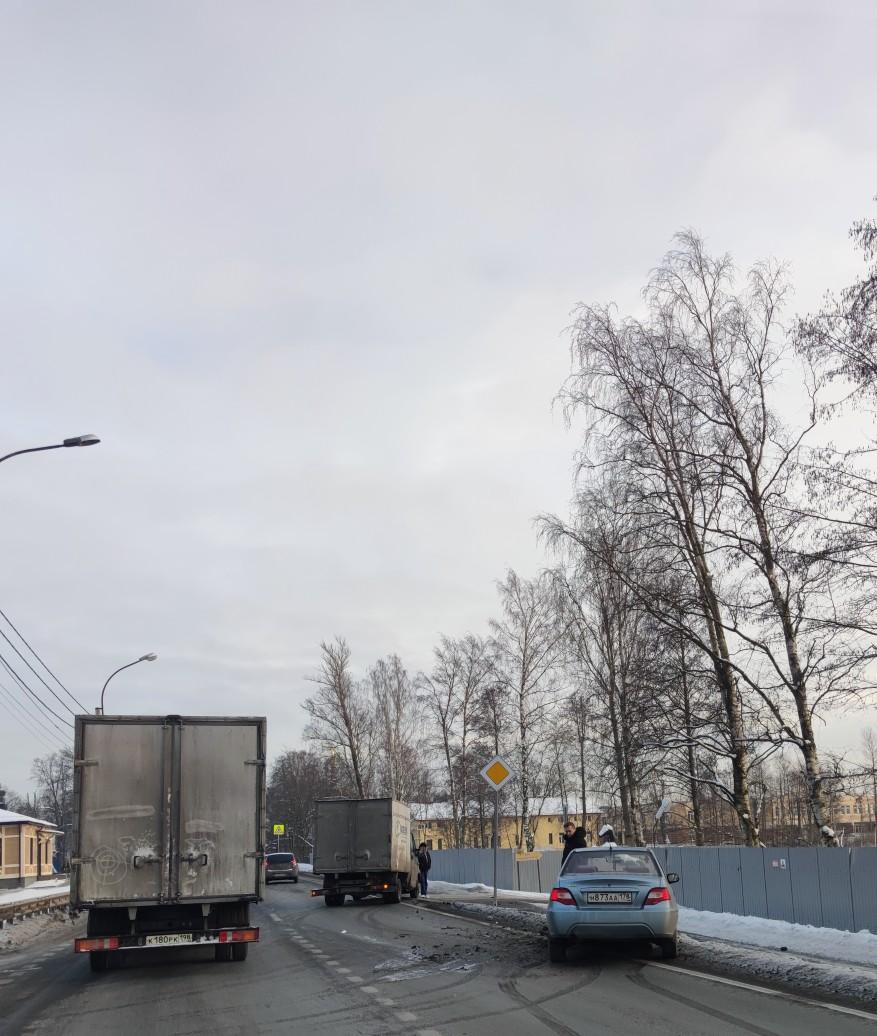 Два ДТП на Приморском шоссе в сторону города, первое перед OBI второе после выезда с OBI.
