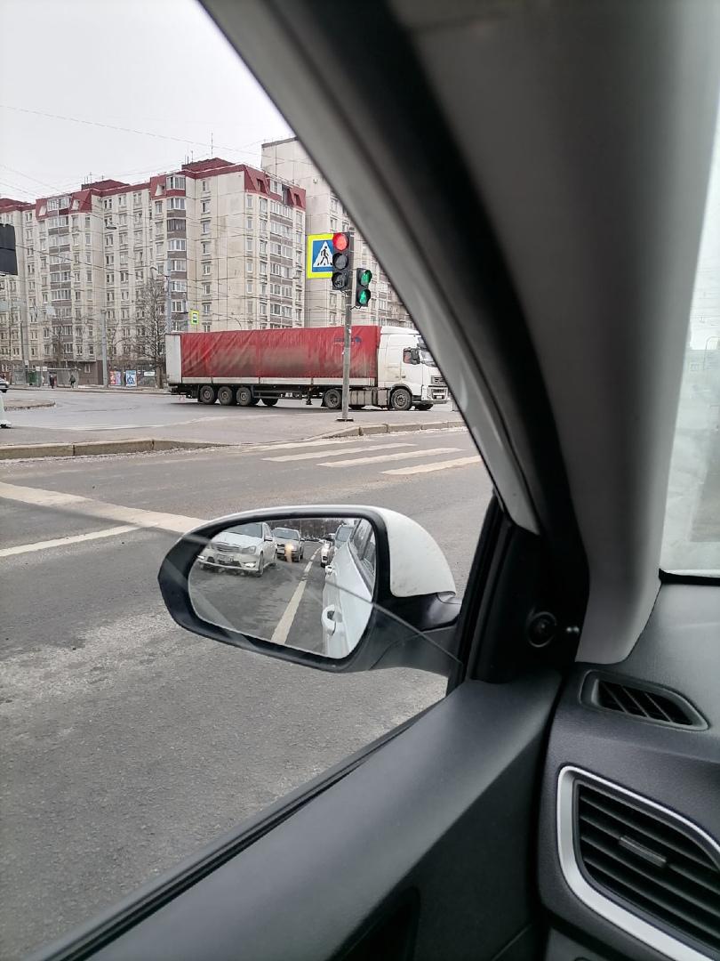 Умерла фура на пересечении Уральской и Наличной, движению особо не мешает