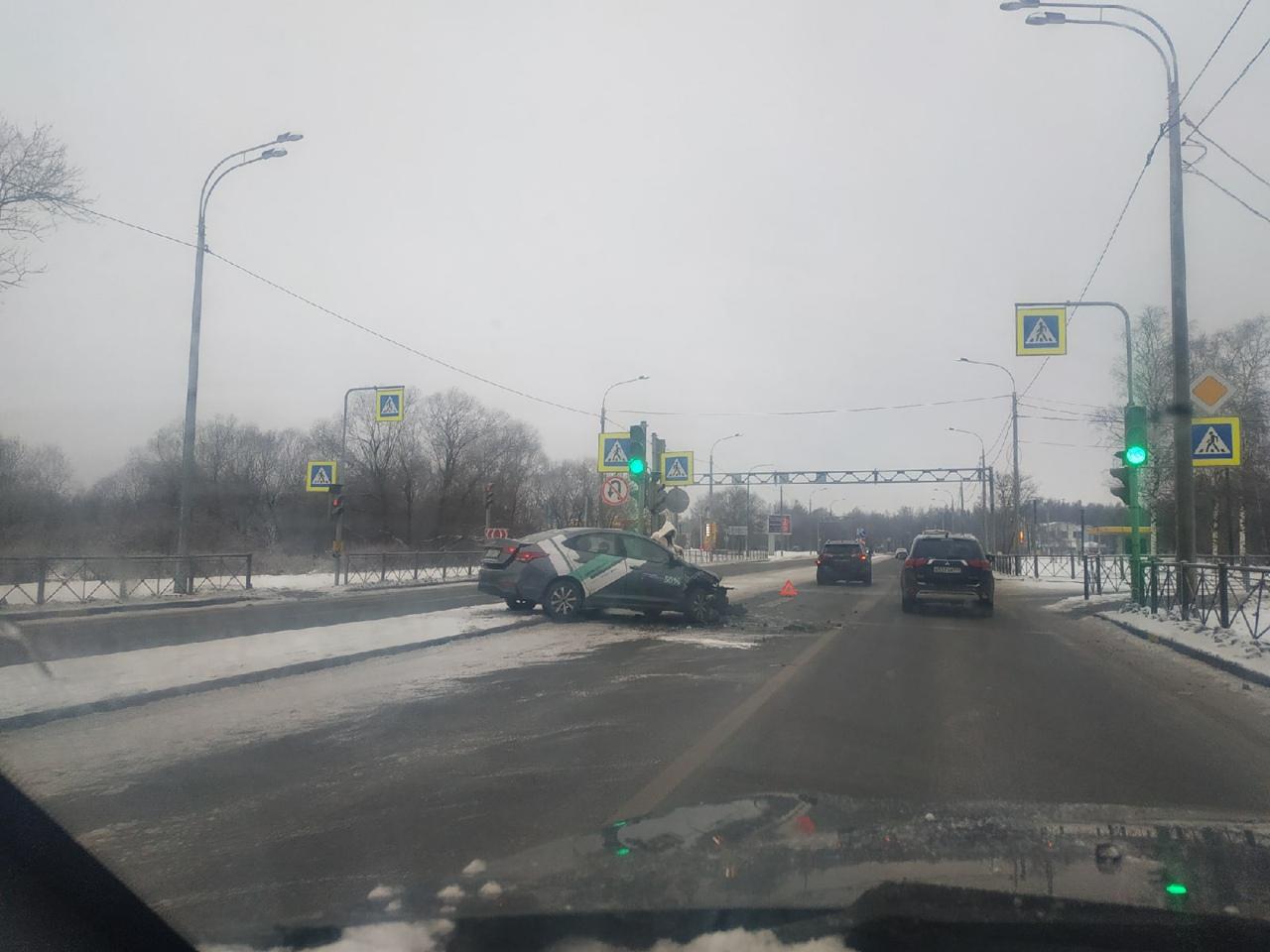 На Санкт-Петербургском шоссе, перед улицей Нахимова, в ДТП замешан каршеринг .