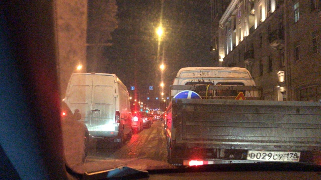 Пробка на проспекте Стачек в обе стороны на перекрёстке с Трефолева. Несколько трамваев перекрыли до...