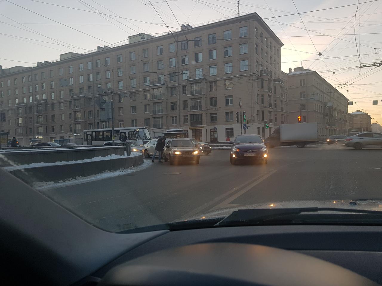 Тройничок на повороте с Ивановской улицы на улицу Бабушкина в сторону метро Ломоносовская. Стоят...