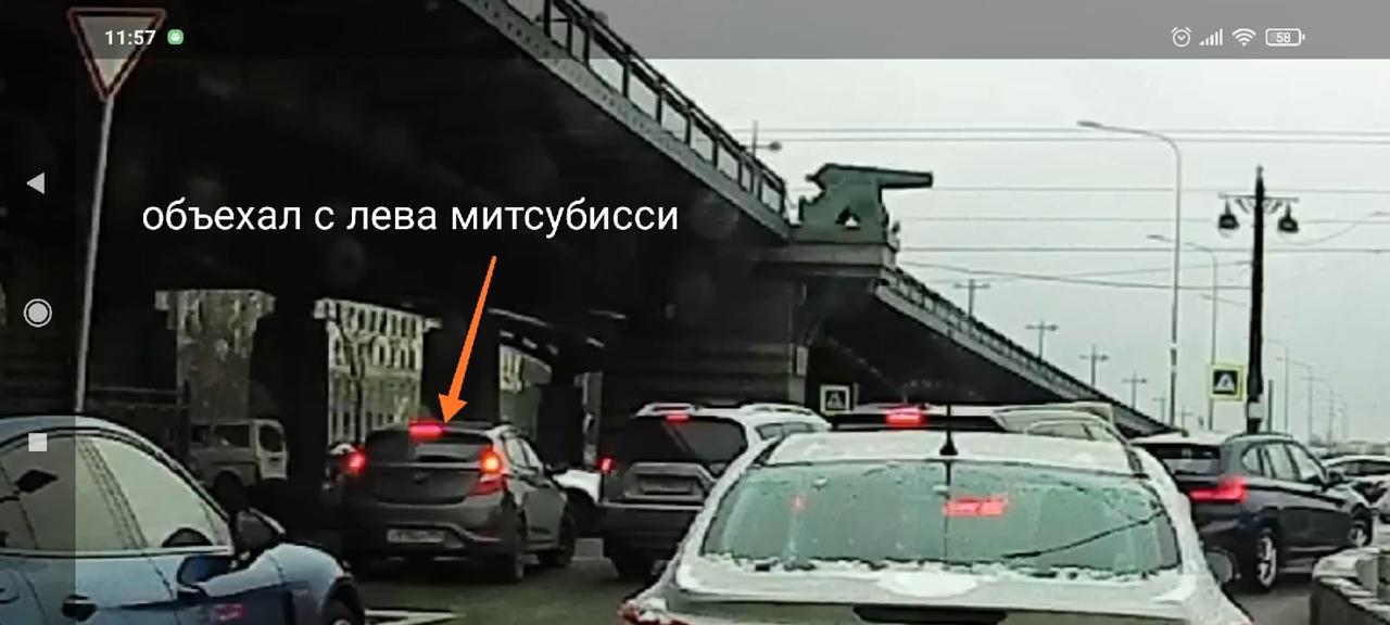 Съезд с Приморского проспекта на Ушаковский мост, Hyundai объехал Митсубиси слева и въехал в него ухо...