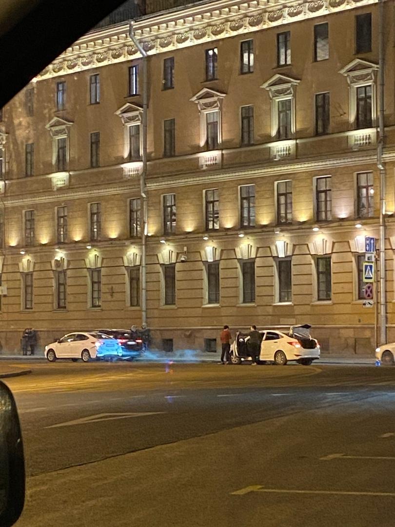 На Вознесенском, сразу за Синим мостом у Исаакиевской площади 6, один Solaris догнал другого на пеше...
