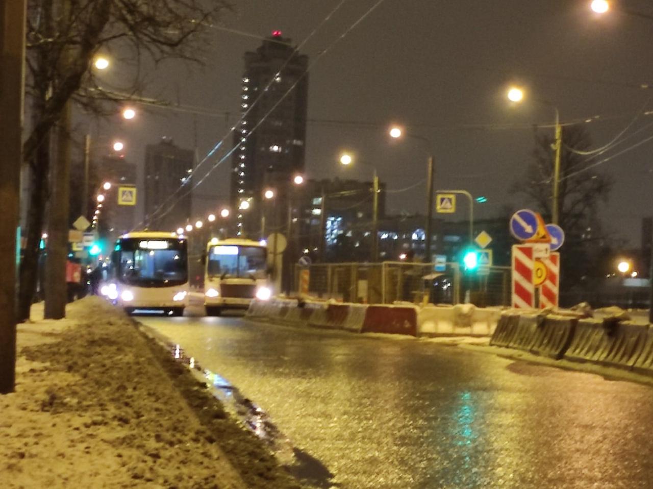 Маршрутка и автобус не поместились на проспекте Ветеранов . После Лени Голикова стоит наглухо