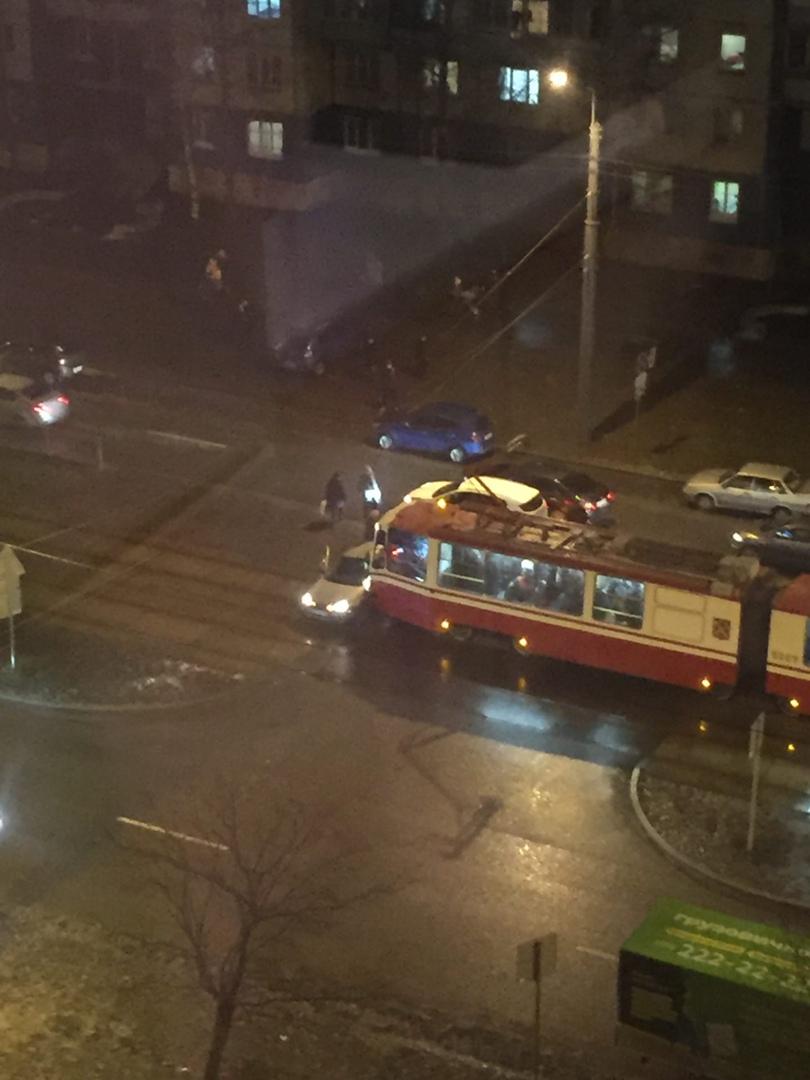 На Авиаконструкторов 18 к1 автомобиль попал под трамвай. Все трамваи встают