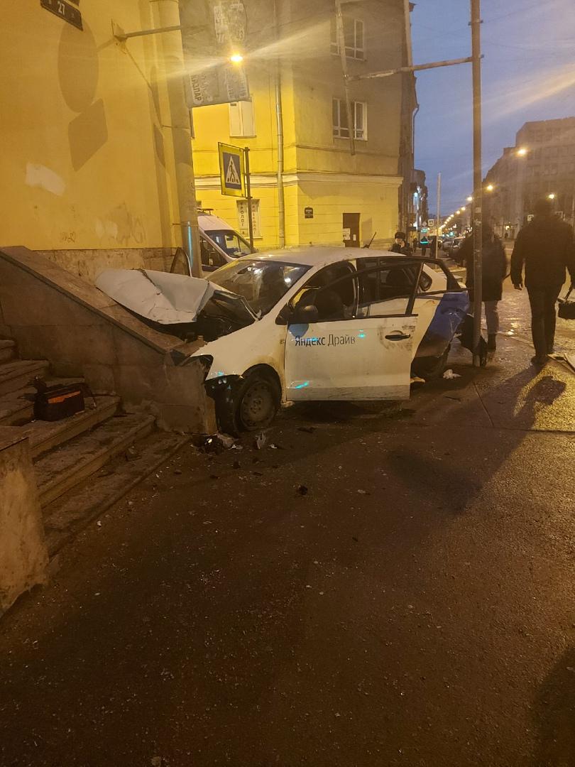 Каршеринг врезался в стену дома на углу перекрёстка Боровой и Разьезжей. Водитель сбежал и оставил ...
