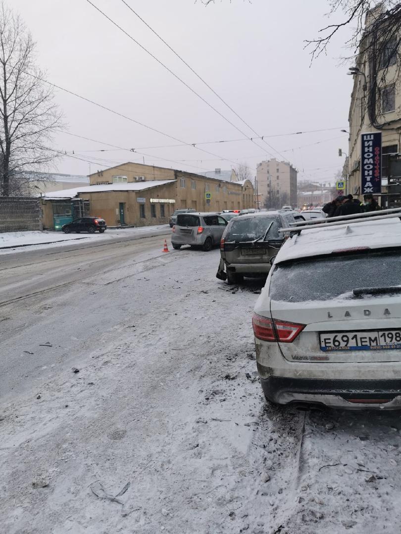 Из-за дтп Стоит Кондратьевский проспект ,в районе завода Красный Выборжец, общественному транспорту ...