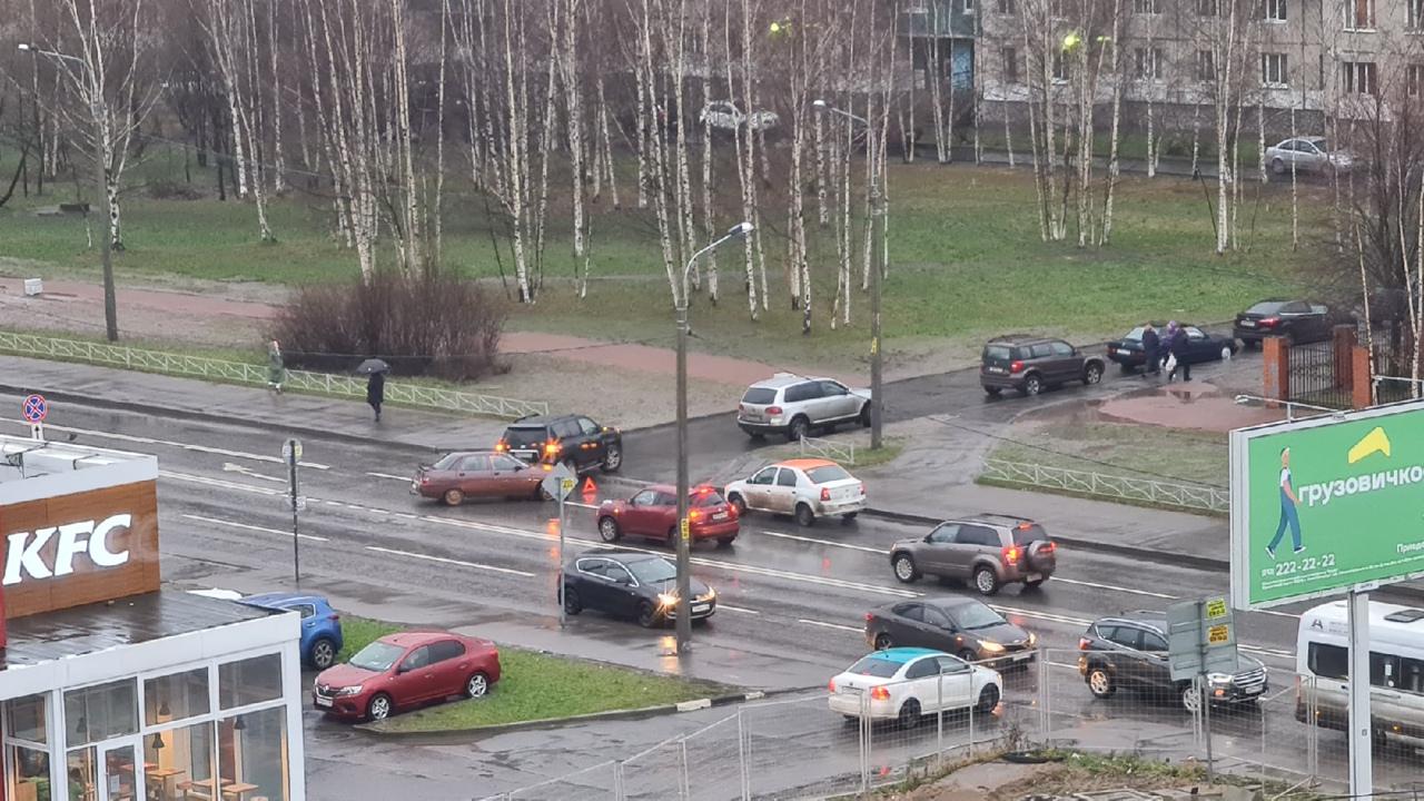 На Бадаева забодались 2 водителя при повороте во двор. Занимают 2 полосы, объезд по встречке.