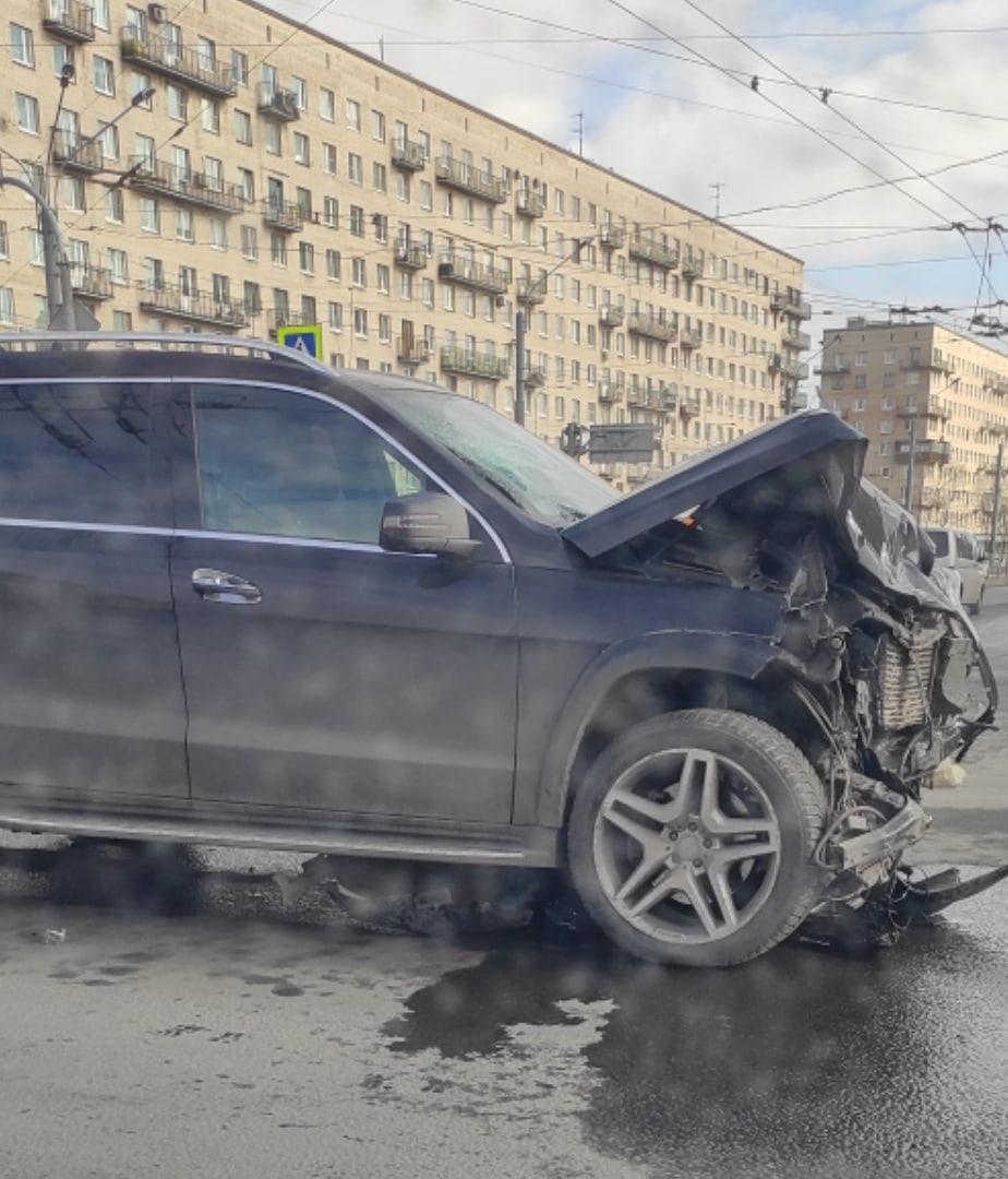 Mercedes GL и Toyota LC Prado столкнулись на перекрёстке Ленинского и Зины Портновой