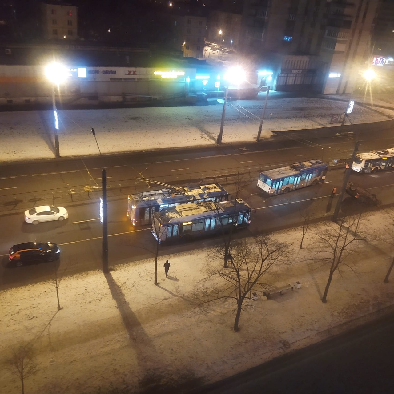 На Ленинском проспекте в 5:30~утра Toyota Венза влетела в троллейбус и перевернулась. Водитель сбежа...