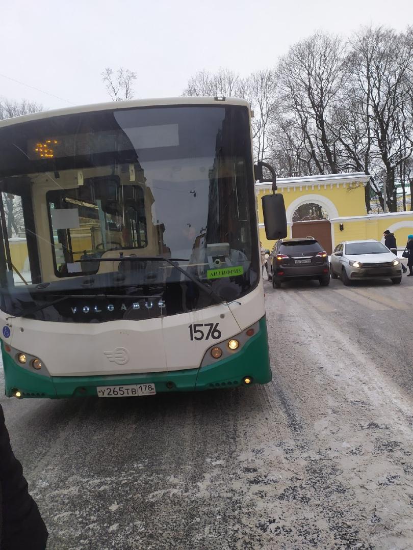 На углу Кавалергардской и Тверской, дама на Лексусе не пропустила автобус. Движение на Тверскую толь...