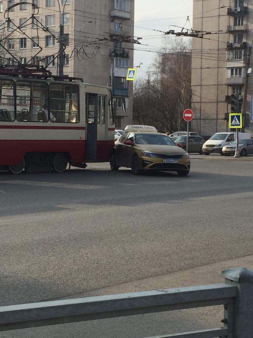 На пересечении Подвойского и Солидарности трамвай протаранил таксиста.
