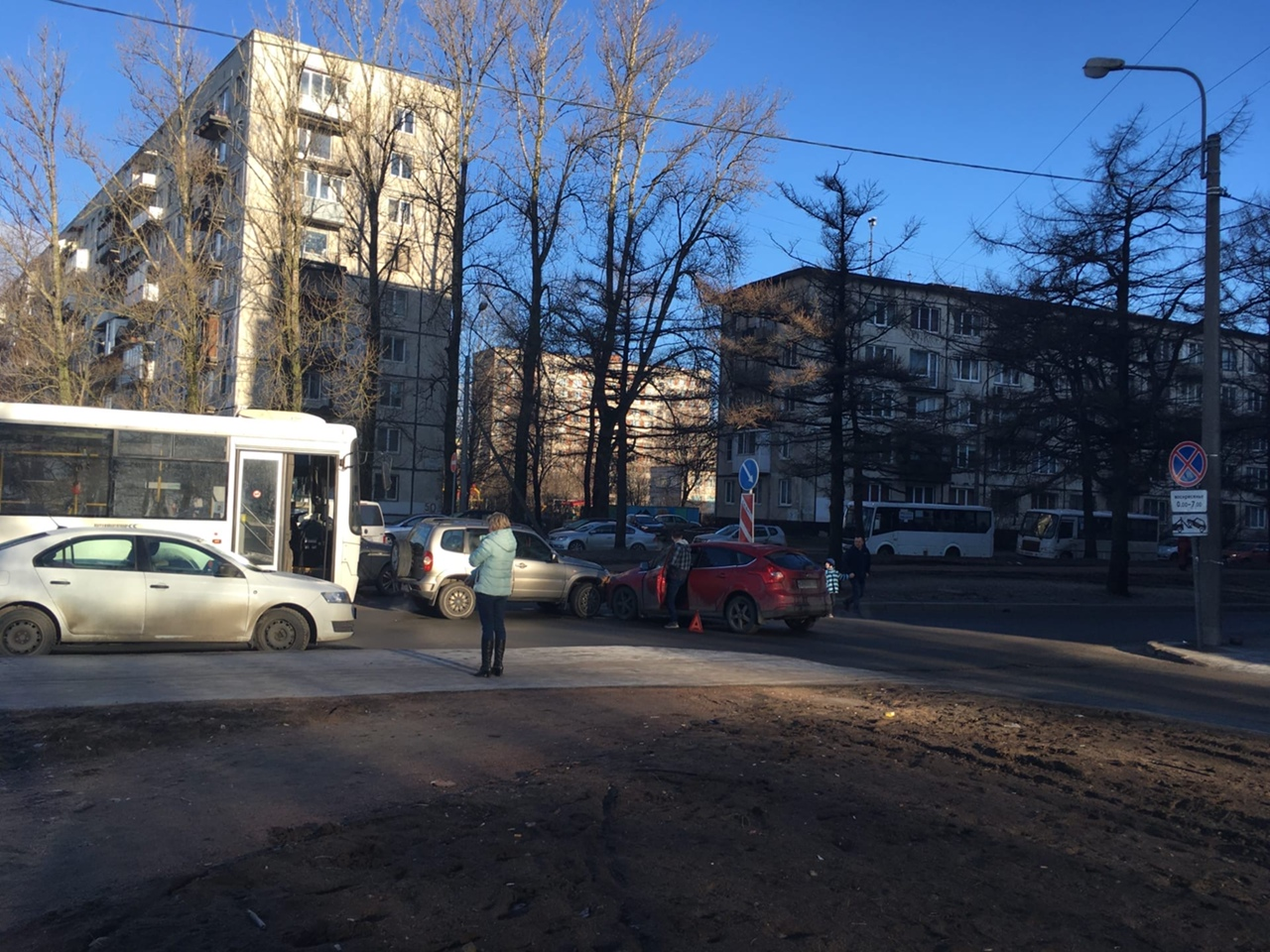 Два красавца перекрыли Замшину от Блюхера до Бестужевской. Проезда нет