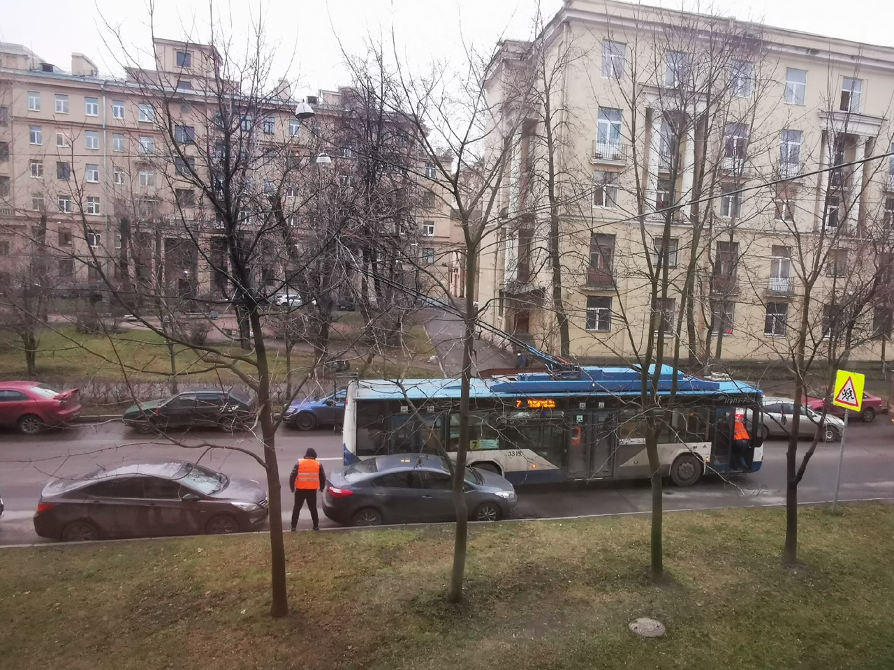 Из-за ДТП на Стахановцев 18 застрял троллейбус, проезд затруднён, общественный транспорт стоит. Хенд...