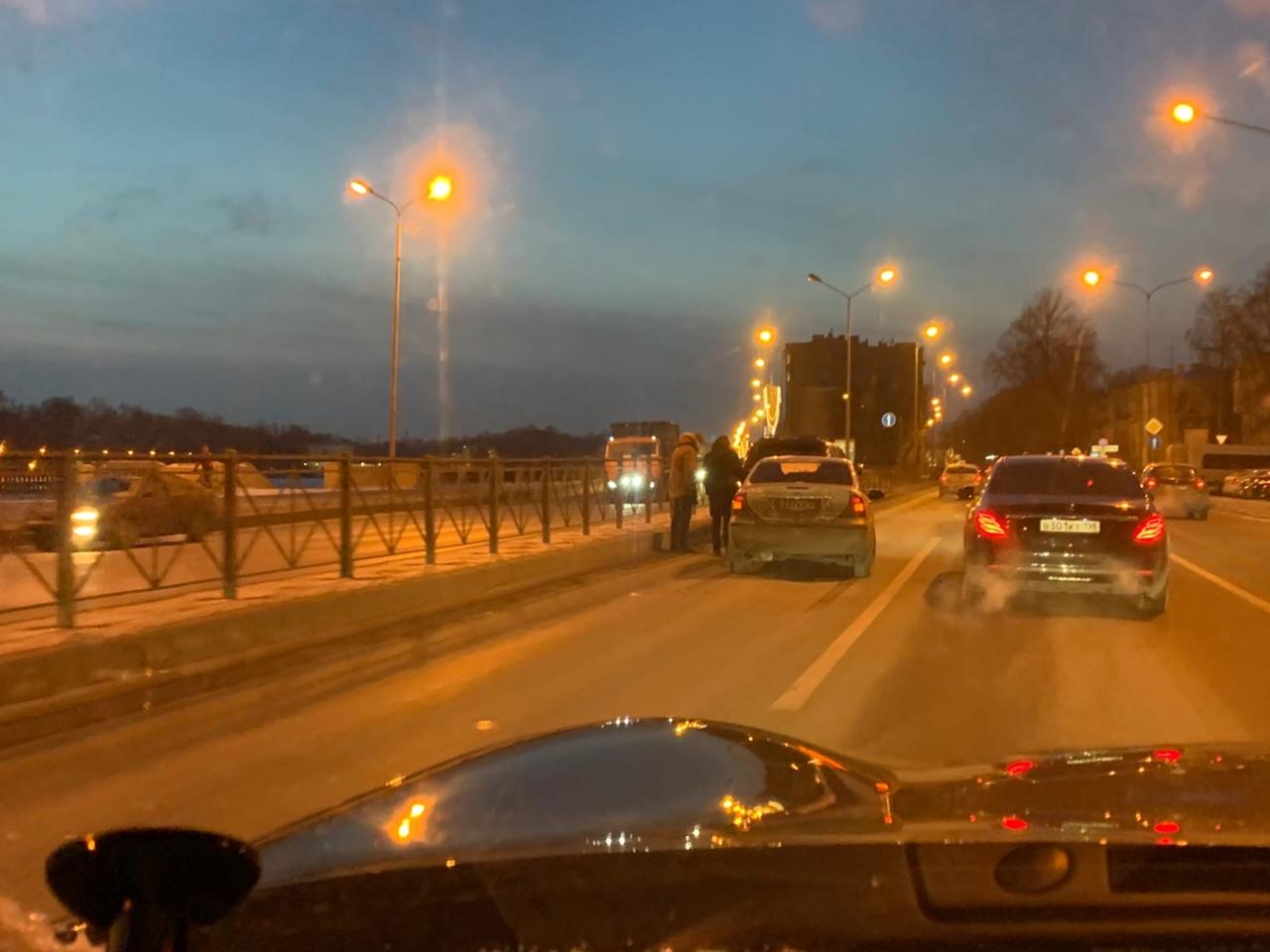 ДТП в левом ряду Приморского проспекта у улицы Академика Шиманского затрудняет и без того плотное дв...