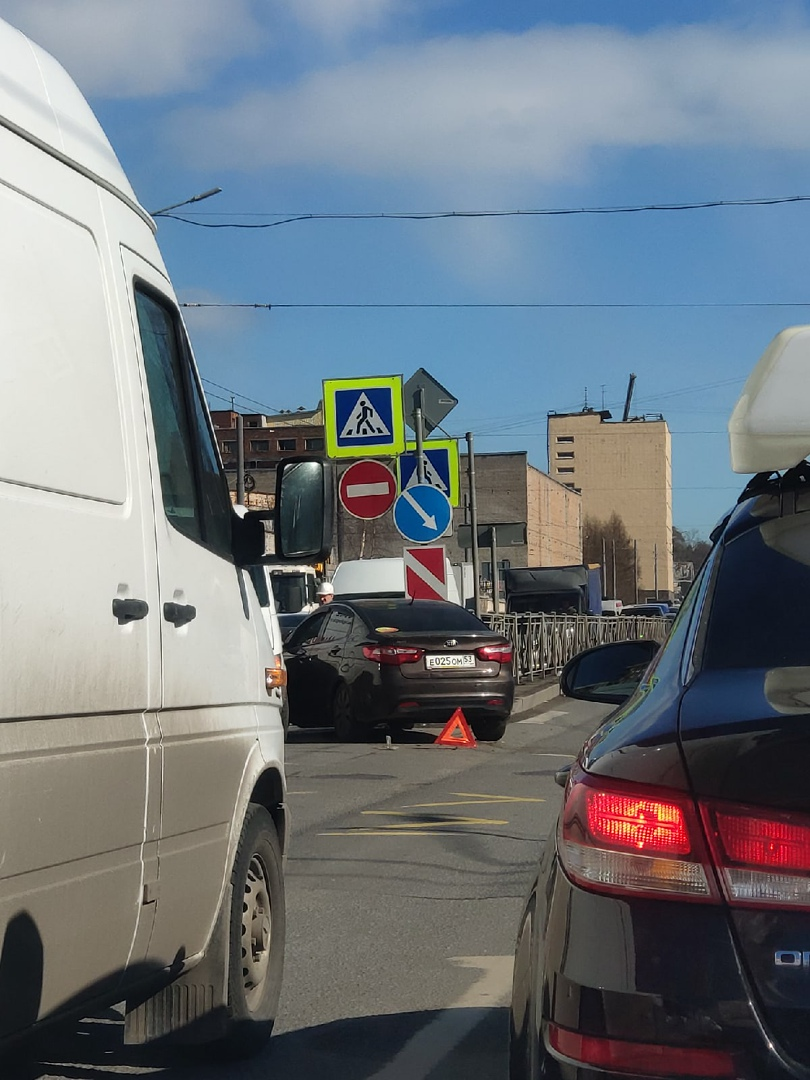 На пересечении Светлановского и Орбели столкнулись КИА и Skoda.